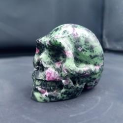 Robijn in zoïsiet skull 5 cm